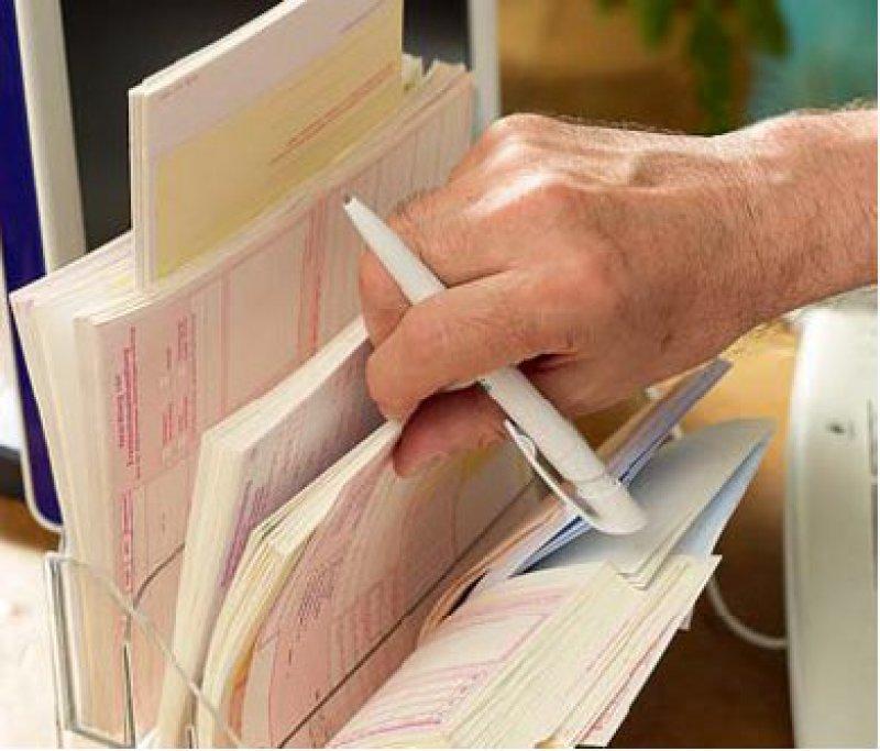 Geänderte Formulare: Seit 1. Juli müssen sie Vor- und Nachnamen sowie Telefonnummer des Arztes enthalten. Foto: mauritius images