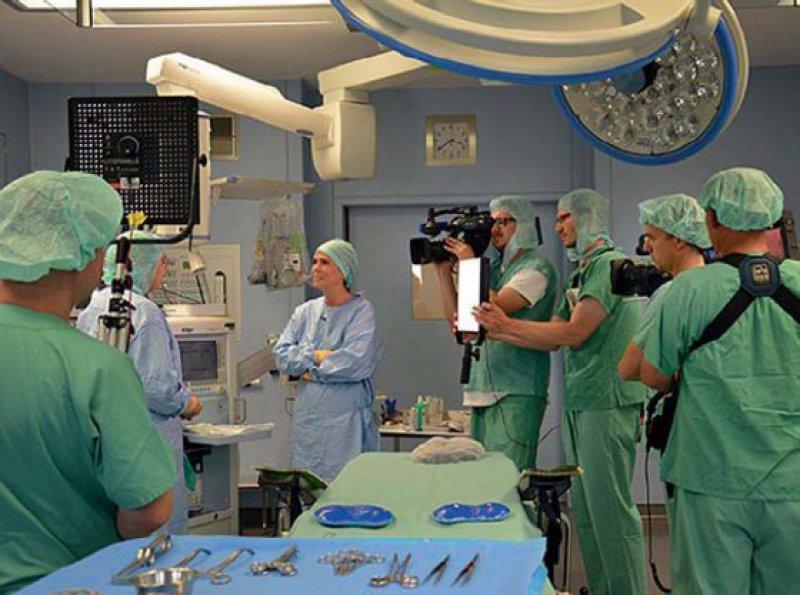 Dreharbeiten im Klinikum Kassel: Moderatorin Anne Brüning vom HR lässt sich im OP den Beatmungsapparat erklären. Foto: hr fernsehen