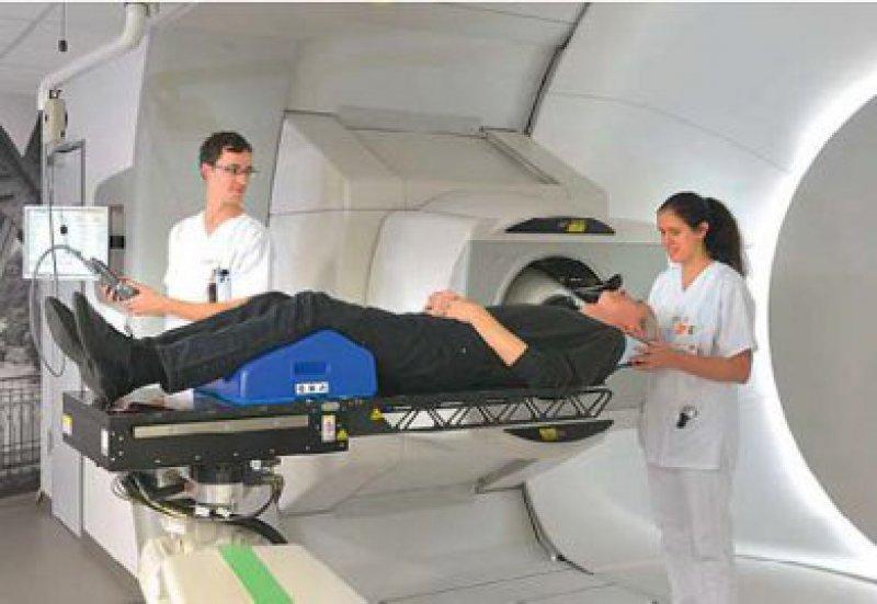 Ein Patient wird am UPTD nach bereits erfolgter Operation seines Hirntumors mit Protonen bestrahlt. Foto: UPTD