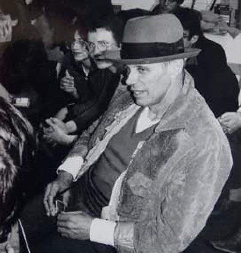"""Oben: """"Den teuersten Sperrmüll aller Zeiten"""" nannte man polemisch die Installation """"Zeige deine Wunde"""" (1974–1975) von Joseph Beuys. Dieses Werk wurde 1980 für 270 000 DM vom Münchner Lenbachhaus angekauft. Es wurde sehr kontrovers diskutiert und löste, wie viele andere Werke des Künstlers, heftige Kritik und bundesweite Proteste aus."""