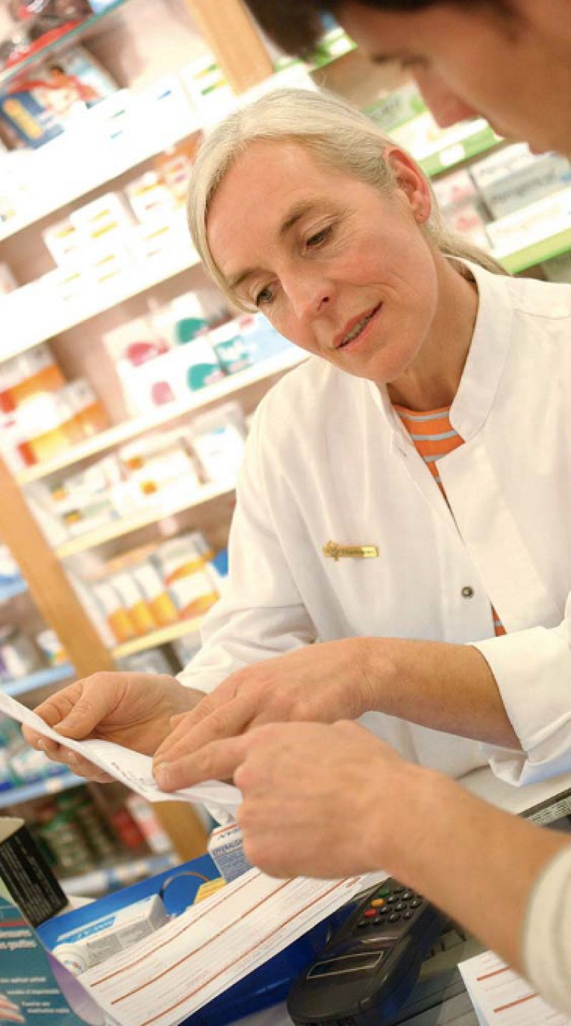 Beratungsgespräch in der Apotheke: Patienten, die viele Medikamente einnehmen müssen, haben meist einen hohen Informationsbedarf. Foto: Your Photo Today