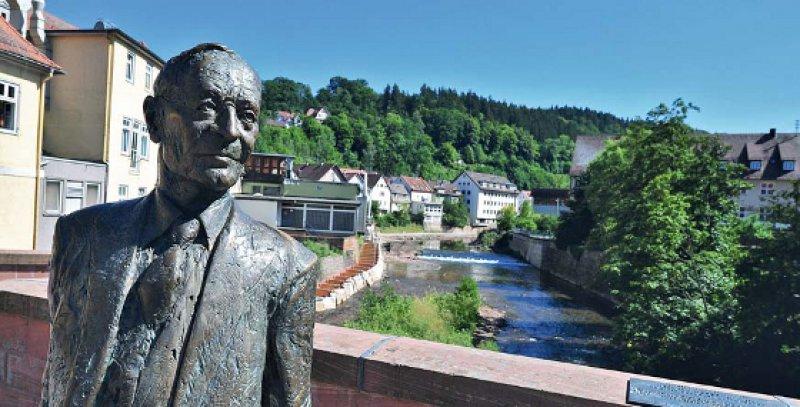 """Die Statue """"Hermann Hesse 1877–1962 zwischen Verweilen und Aufbruch"""" des Bildhauers Kurt Tassotti. Fotos: picture alliance/dpa"""