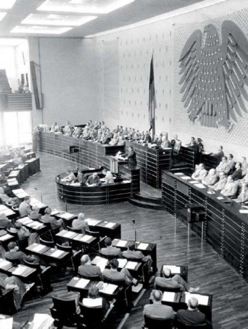 Erstaunen bei den politischen Kommentatoren: Auch Bundestagsabgeordnete der Opposition stimmten 1955 dem Gesetz über das Kassenarztrecht zu. Foto: SZ-Photo