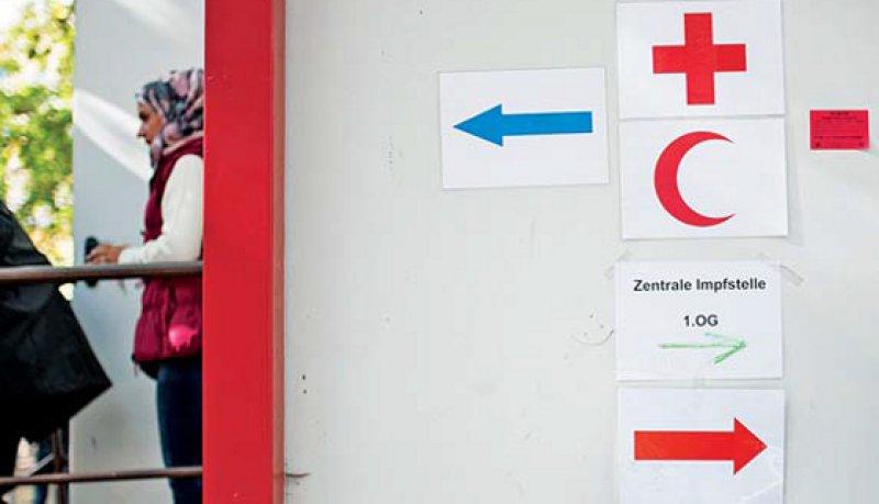 Vom Roten Kreuz und Roten Halbmond mitentwickelt: das Sphere-Projekt mit Richtlinien zur humanitären Hilfe. Foto: Photothek