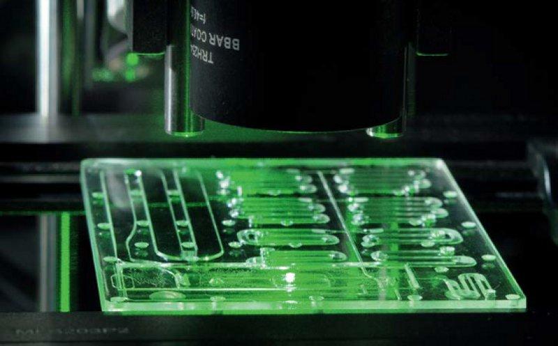 Vollintegrierte Lab-on-a-Chip-Systeme für die Vorortdiagnostik und Umweltanalytik – hier mit einem neuartigen hochsensitiven SERS (Surface Enhanced Raman Spectroscopy)-Biosensor, der vor jedem Messvorgang mit einem Laser neu erzeugt wird. Foto: Andreas Morschhauser/Fraunhofer ENAS