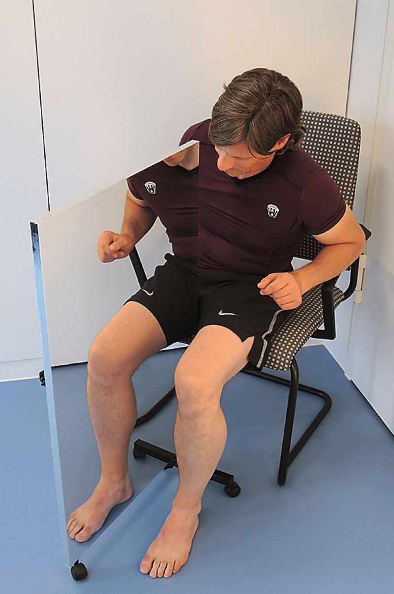 Das Prinzip der Spiegeltherapie, bei der das Spiegelbild des intakten Beins therapeutisch eingesetzt wird, um Phantomschmerzen im nicht mehr vorhandenen Bein zu reduzieren