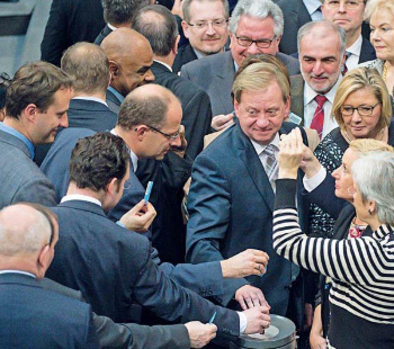 Für den Gesetzentwurf von Michael Brand (links in der Mitte) votierte die Mehrheit der Parlamentarier. Foto: dpa