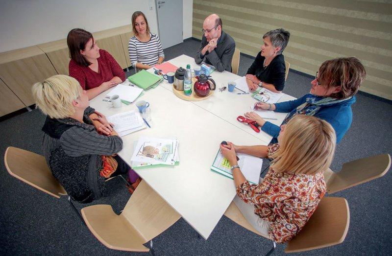 Regelmäßiger Austausch im Team über die Patienten ist ein Grundpfeiler der Arbeit in der Kinder- und Jugendpsychiatrie und -psychologie