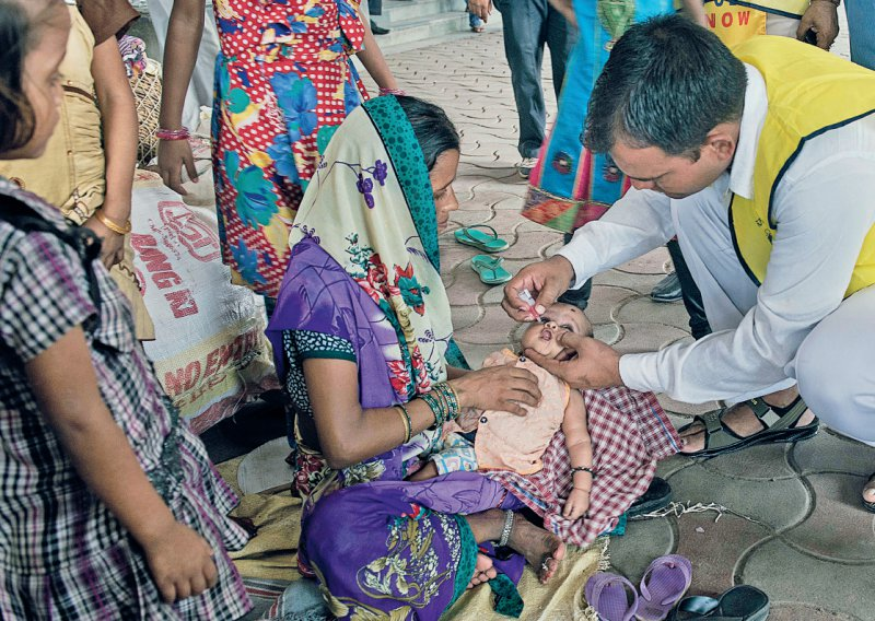 Impfen am Bahnhof: Die Impfteams in Indien suchen bewusst Transitpunkte wie Bahn- und Busbahnhöfe oder Marktplätze auf, um möglichst alle Kinder zu erreichen. Foto: Subir Roy
