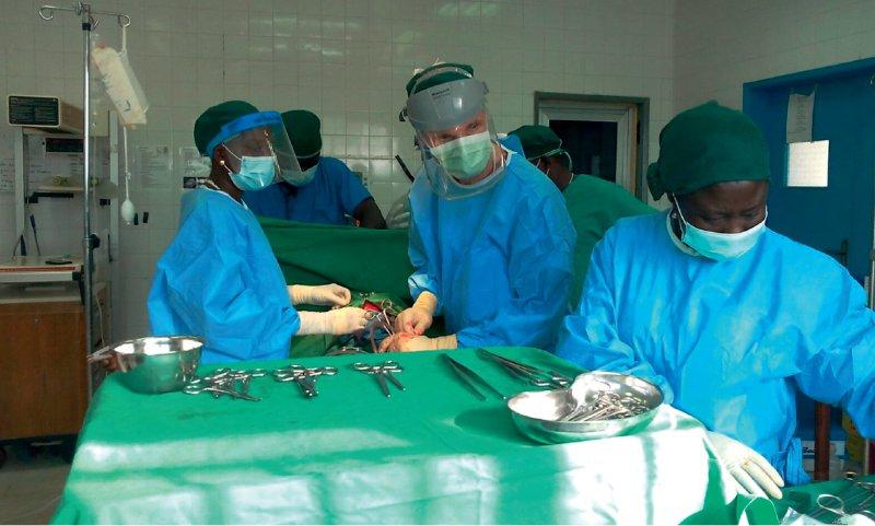 Ausbildung am OP-Tisch: Die German Doctors qualifizieren einheimisches Personal. In Sierra Leone kommt ein Chirurg auf 630 000 Einwohner. Fotos: Martin Mohme