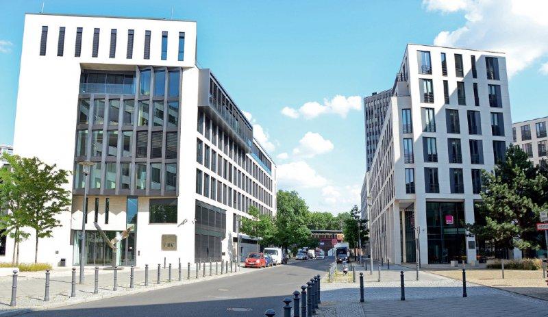 Zwei der drei Bürogebäude am Herbert-Lewin-Platz in Berlin, deren Finanzierung das BMG überprüft. Foto: KBV