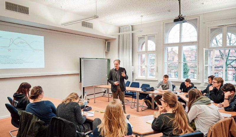 Die familiäre Atmosphäre der privaten Hochschule empfinden viele als Plus. Robert Schlesinger/picture alliance für Deutsches Ärzteblatt