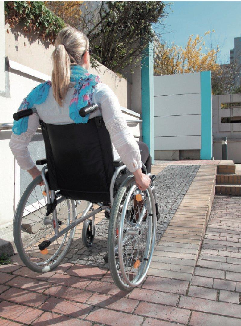 Immer mehr Rampen ermöglichen Rollstuhlfahrern den Zugang zu Arztpraxen. Foto: CanStockphoto