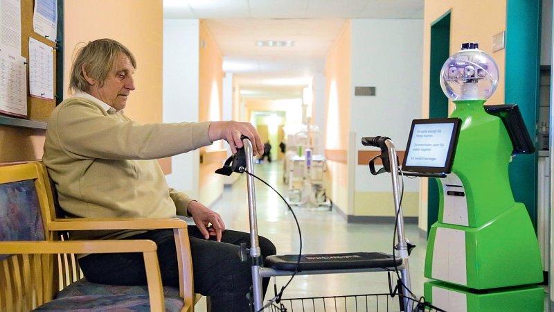 Training mit Roreas: Der Roboter holt Patienten auf ihrem Zimmer ab und misst die Lauf- und Trainingsdaten. Fotos: Andreas Reuther