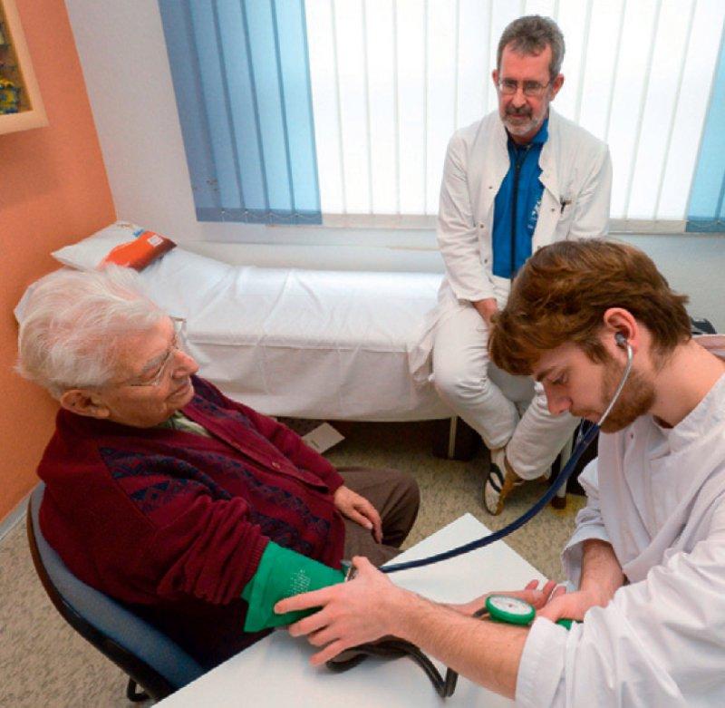 Praxisarbeit in der vertragsärztlichen Versorgung sollte ein fester Bestandteil im praktischen Jahr sein, findet die DEGAM. Foto: dpa
