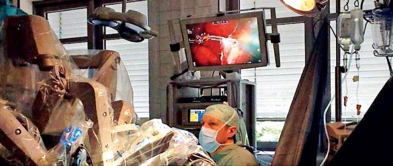 """Die heute üblichen """"Operationsroboter"""" arbeiten nicht eigenständig, sondern sind eher Teleoperationssysteme, die die Bewegungen des Arztes, der an einer Konsole sitzt, ausführen. Eine moderne Optik bietet hoch auflösende und räumliche Einblicke in den OP-Situs in einer bis zu 30-fachen Vergrößerung. Foto: Klinik für Urologie und Kinderurologie in Homburg/Saar"""