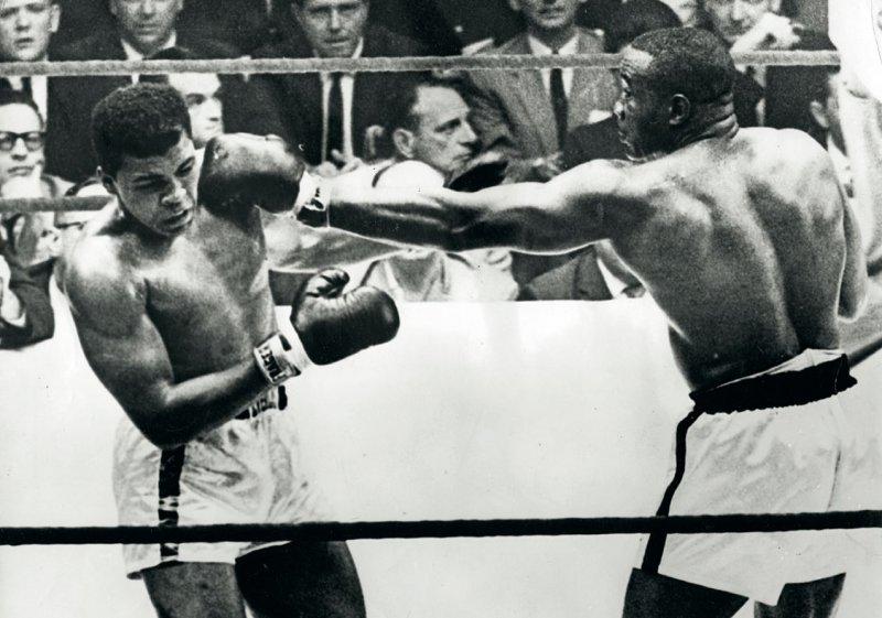 Der ehemalige Boxweltmeister Muhammad Ali alias Cassius Clay gehört zu den bekanntesten Sportlern, die als Folge von chronischen Kopftraumata eine degenerative Gehirnerkrankung entwickelten – mit ähnlichen Symptomen wie bei Alzheimer oder Parkinson. Vor allem Footballer, Eishockey-Spieler und Boxer sind diesbezüglich gefährdet. Foto: picture alliance 13