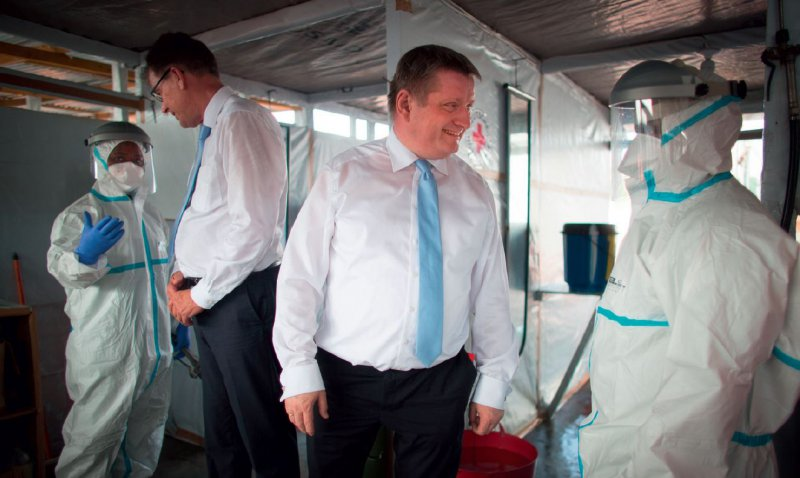Besuch im Krisengebiet: Bundesgesundheitsminister Hermann Gröhe (CDU) und Entwicklungsminister Gerd Müller (CSU, links hinten) besuchten im April 2015 in Monrovia die Arbeit der freiwilligen Ebola-Helfer. Fotos: picture alliance