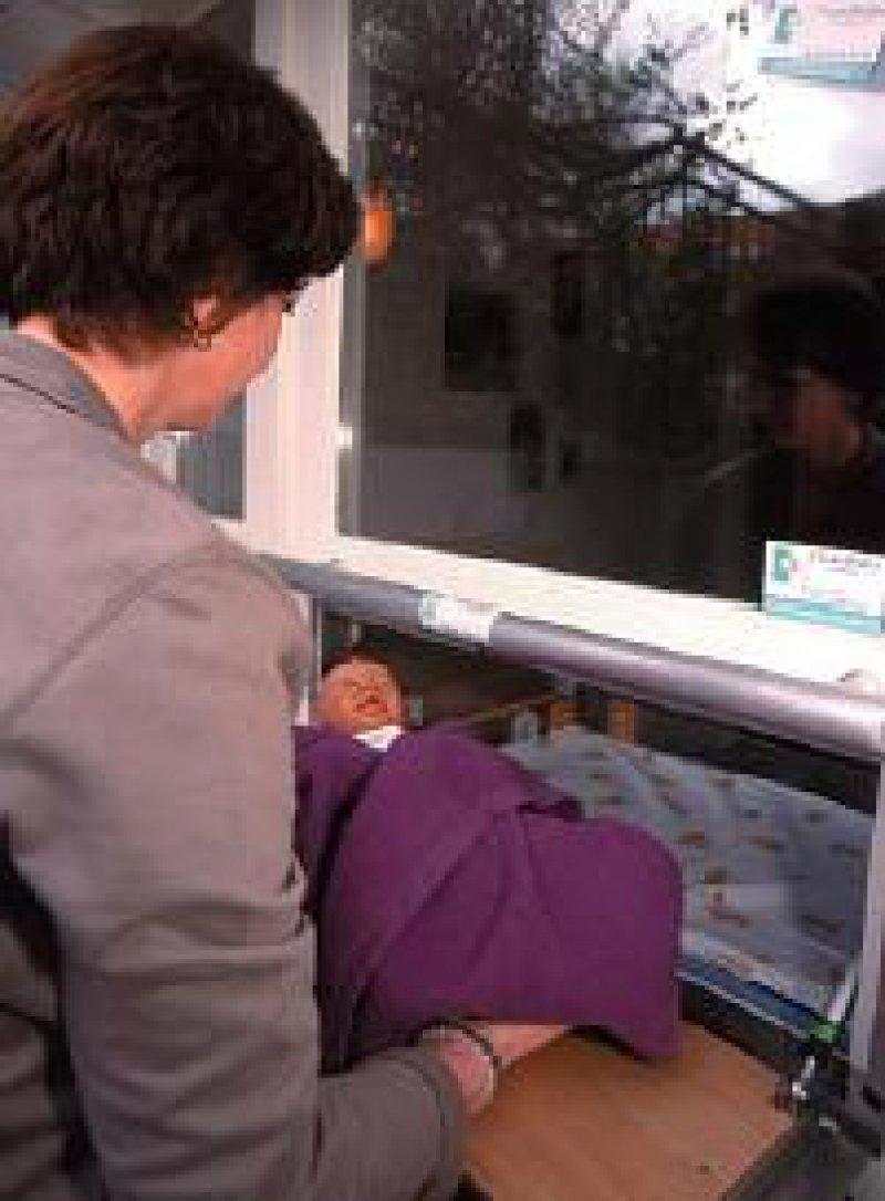 Am 8. April 2000 wurde in Hamburg die erste Babyklappe eingerichtet, wo Frauen in Not anonym ihr Baby (das Foto zeigt eine Puppe) abgeben können. Foto: ddp