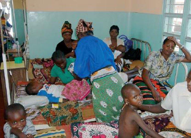 Kinderstation des Distriktkrankenhauses: Die Mütter übernehmen weitgehend die Pflege. Fotos: Ute Schwarz