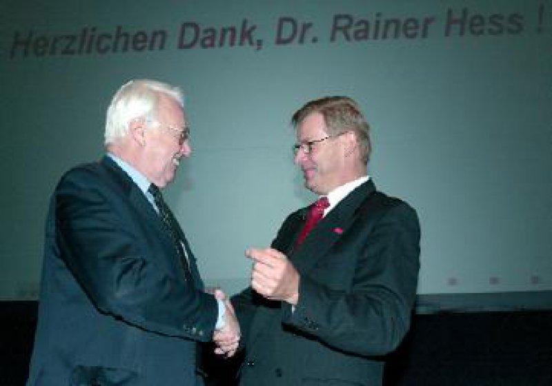 Herzliche Worte, die die Delegierten mit stehenden Ovationen bedachten: KBV-Vorsitzender Dr. med. Richter-Reichhelm verabschiedet Dr. jur. Rainer Hess.