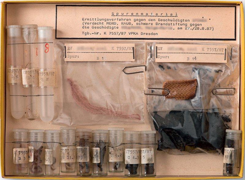 Neben der Dauerausstellung gibt es regelmäßig Sonderschauen mit Museumsstücken wie dieser Spurensammlung eines Raubmordes aus dem Jahr 1987. Foto: Christoph Weber