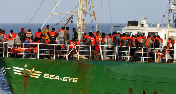 Im Mittelmeer - Flüchtlingshelfer geraten mit Marine aneinander