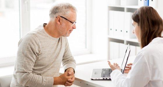 Arzt und Patient am Laptop