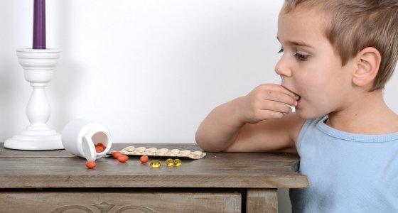 Kind schluckt Pillen /S.Kobold, stock.adobe.com
