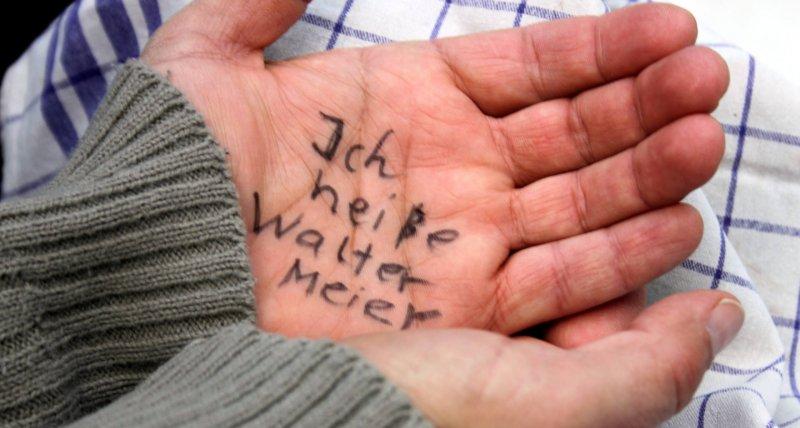 Name in die Hand geschrieben - Demenz /Osterland, stock.adobe.com