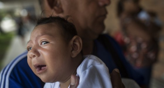 Joao Batista hält am 20.01.2016 seine einen Monat alte Tochter Alice Vitoria in Recife (Brasilien) im Arm, die an Mikrozephalie erkrankt ist. Dabei ist der Kopfumfang des Kindes ungewöhnlich klein, geistige Behinderungen sind oft die Folge. Foto: Rafael Fabres/dpa