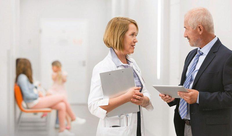 Im Spannungsverhältnis: Ärzte und Kaufmännische Geschäftsführer setzen in ihrer täglichen Arbeit nicht selten unterschiedliche Schwerpunkte. Foto: mauritius images