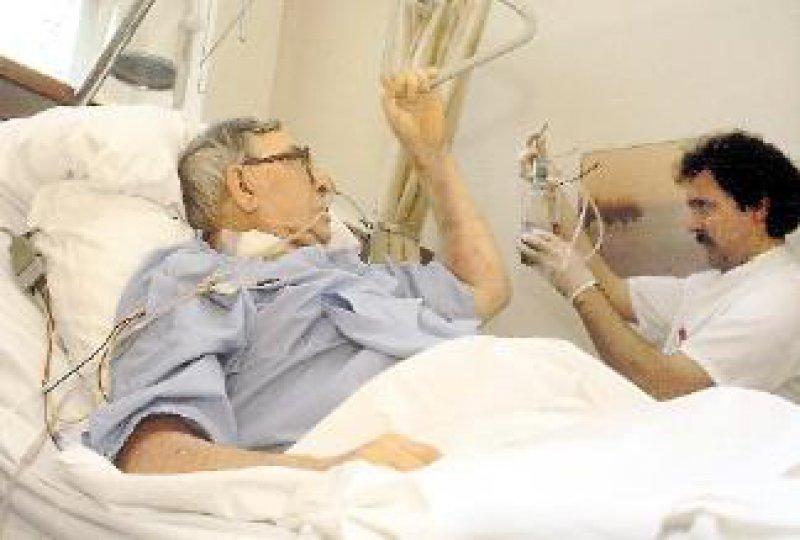 Durch Trink- und Sondennahrungen lassen sich bei älteren Menschen die Nährstoffzufuhr erhöhen und Morbidität sowie Mortalität senken. Foto: Laif
