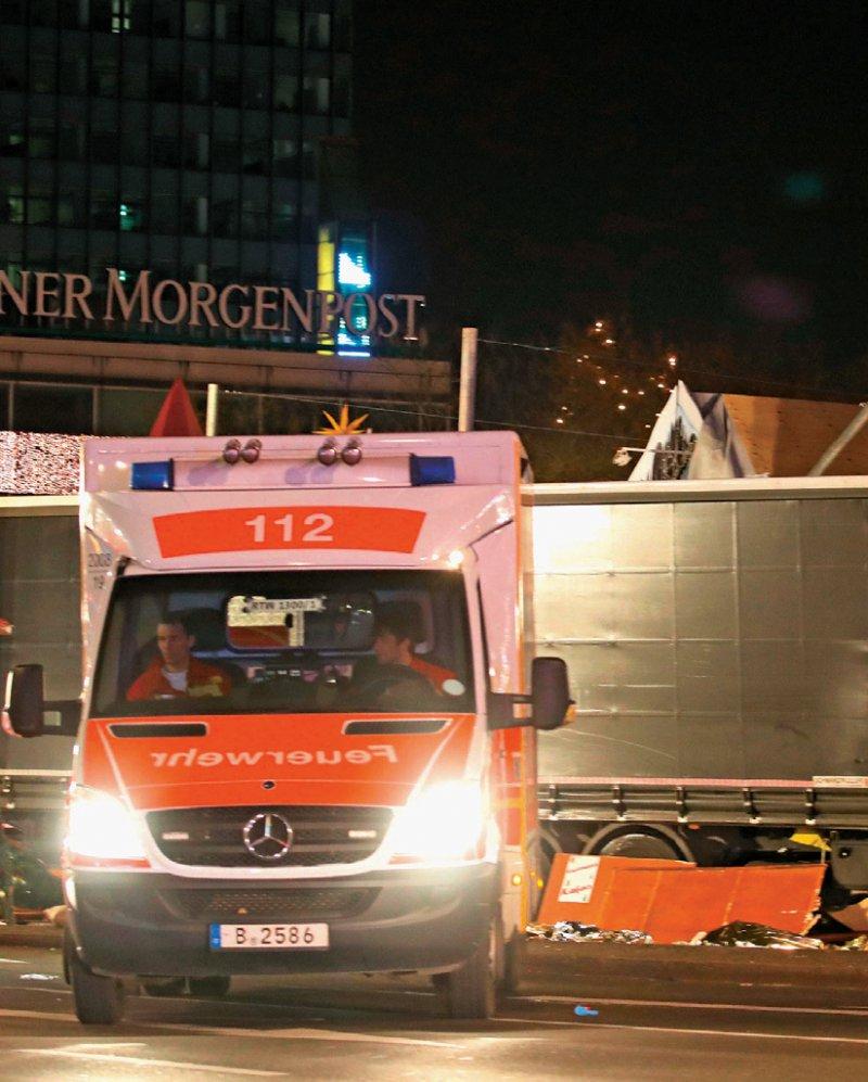 Die Nacht vom 19. Dezember 2016: Die Rettungskräfte gingen wenige Minuten von einem Unfall aus, später von einem Anschlag. Foto: dpa