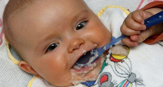 Das sieben Monate alte Baby Amira aus dem brandenburgischen Sieversdorf hat den Mund mit Brei verschmiert. /dpa Fotograf Patrick Pleul