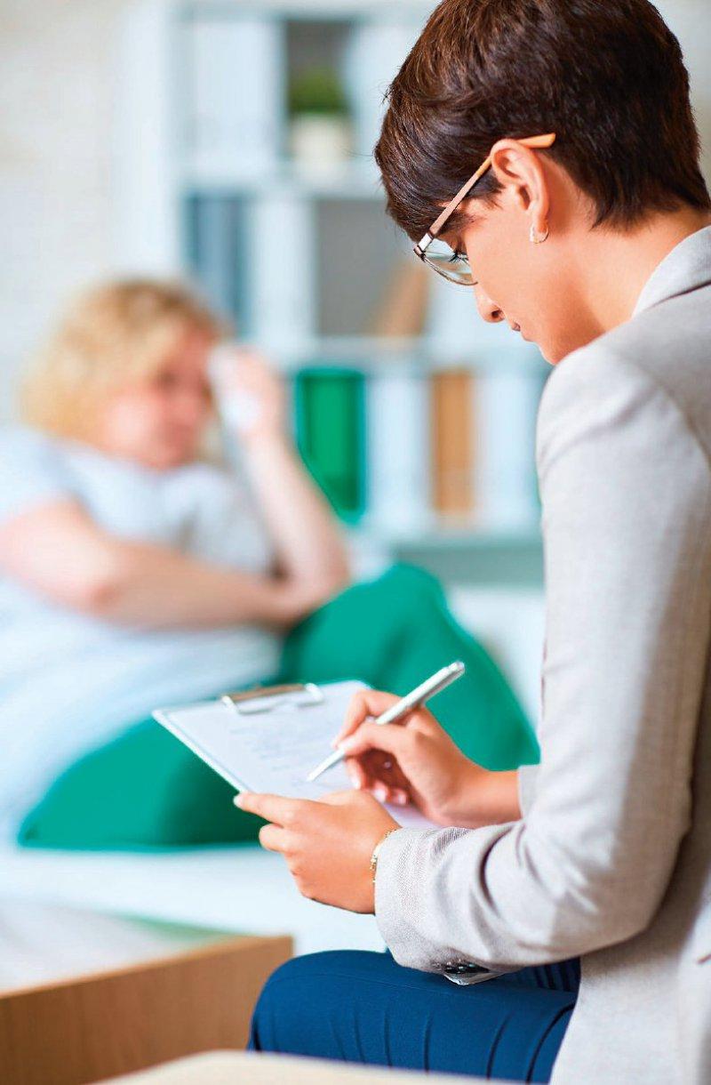 Beim therapeutischen Erstgespräch wird geschaut, welche Therapie für den Patienten am besten passt. Foto: pressmaster/123rf