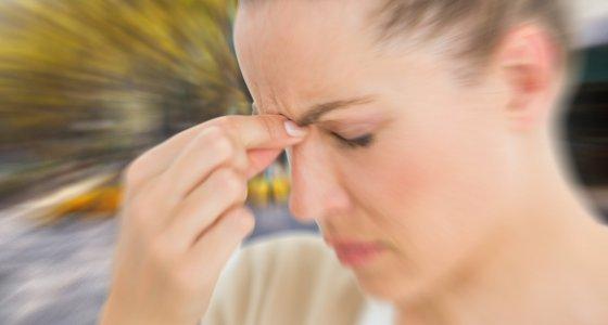 Frau mit Kopfschmerzen oder Migräne. /WavebreakMediaMicro, stock.adobe.com