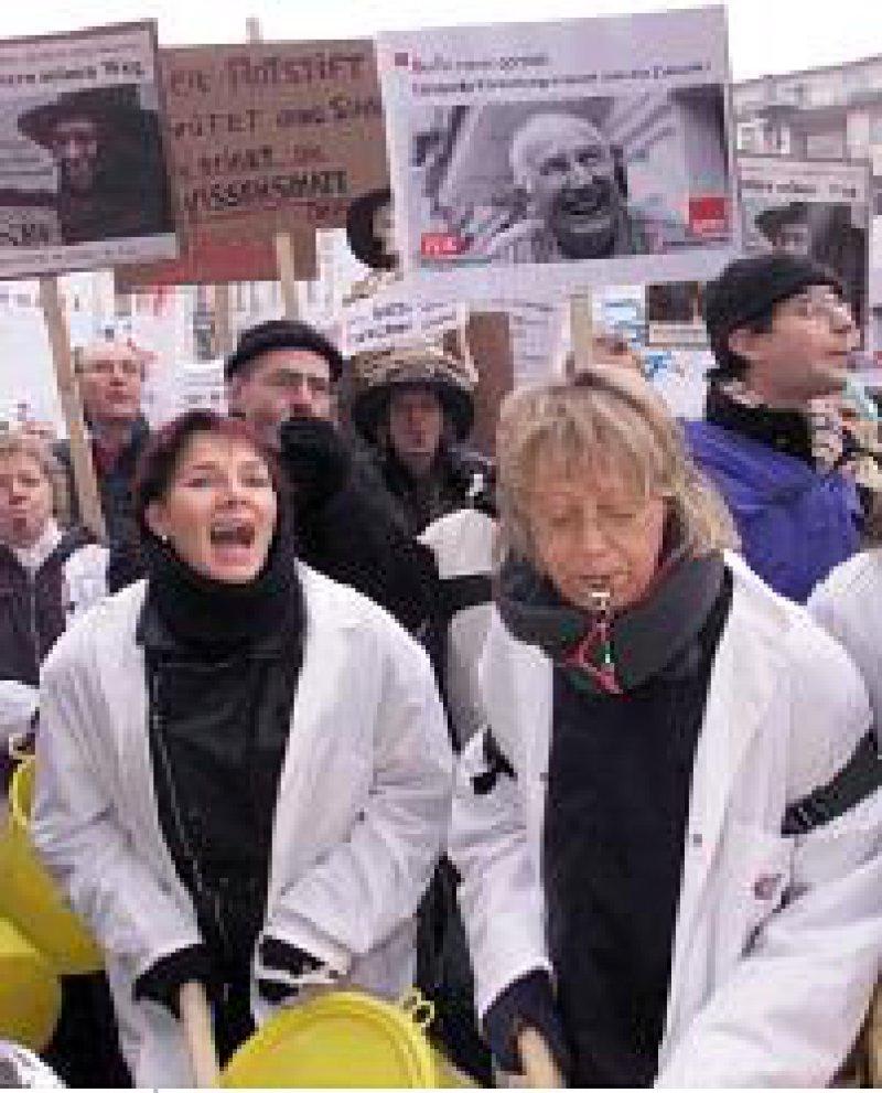 FU-Beschäftigte demonstrieren gegen die Schließung des Klinikums. Foto: ddp