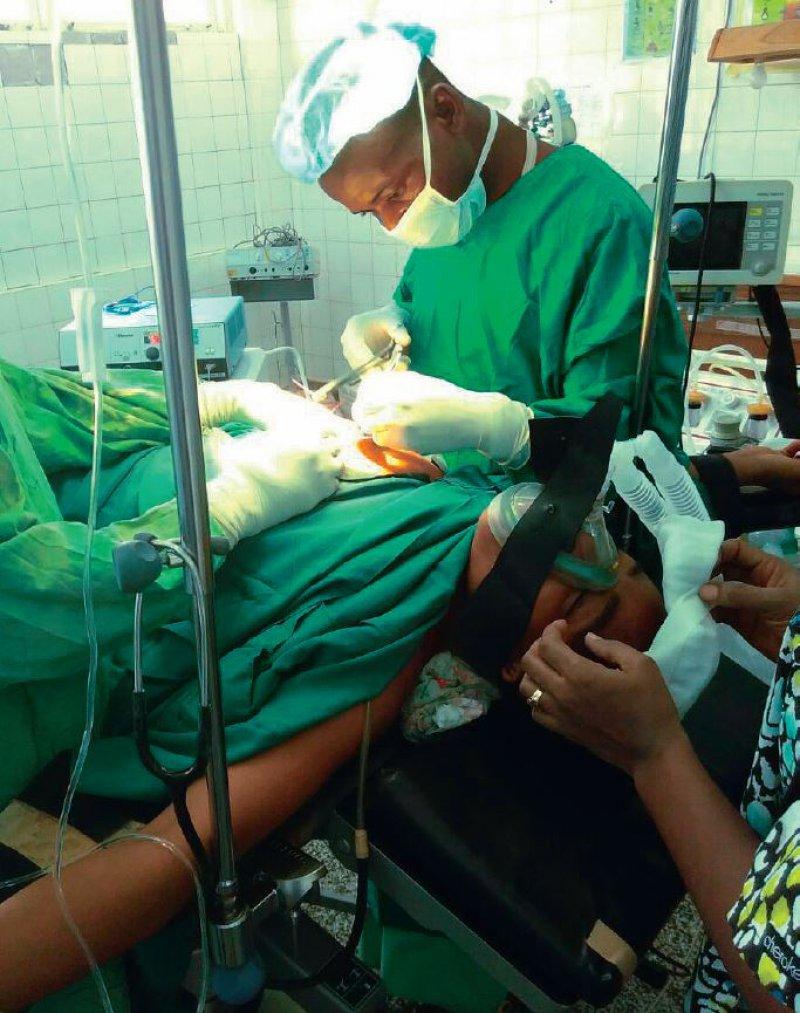 Die OP-Ausstattung ist in Ghana häufig einfach: So erfolgt hier bei einer Fibromentfernung die Beatmung der Patientin nur mit einem Güdeltubu.